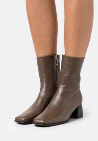 Filippa K - EILEEN BOOT - Kotníkové boty - grey taupe - 0