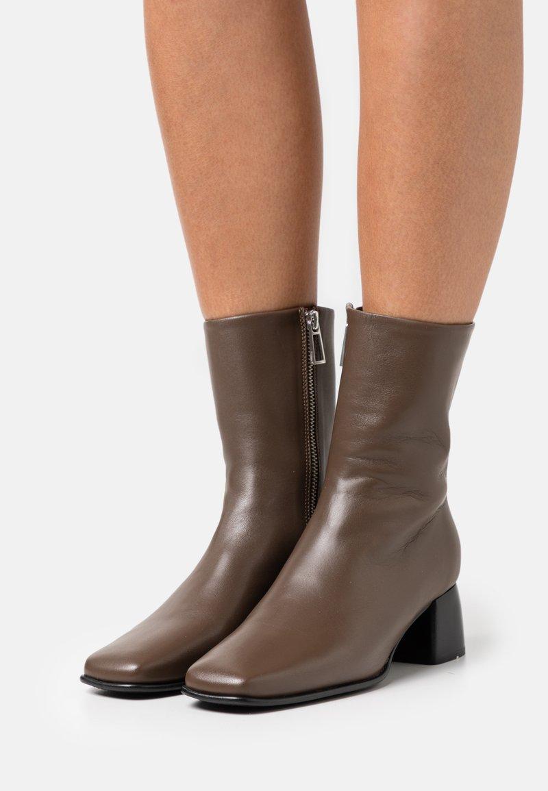 Filippa K - EILEEN BOOT - Kotníkové boty - grey taupe