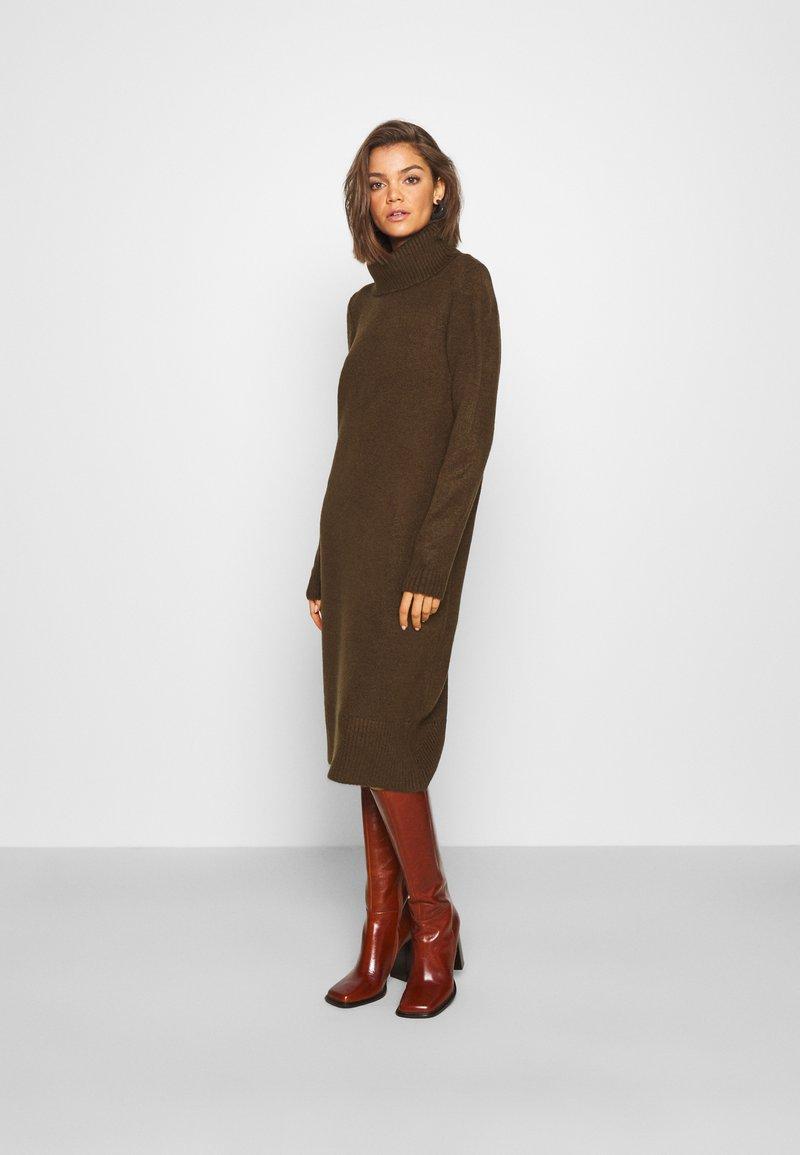 ONLY - ONLBRANDIE ROLL NECK DRESS - Strikket kjole - chicory coffee