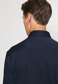 Tommy Hilfiger Tailored - SOLID SLIM SHIRT - Formal shirt - navy iris/white - 5