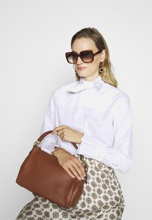 SOFT SHAY CROSSBODY - Handväska - saddle