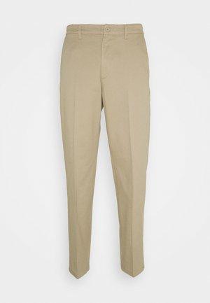 TIEN BUZZ PANT - Pantalones chinos - sand