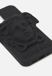 Versace - MEDUSA IPHONE XS MAX CASE UNISEX - Obal na telefon - black - 2