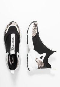 MICHAEL Michael Kors - WILLOW SLIP ON - Zapatillas - black/optic white - 3