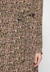 Vero Moda - VMJORDIN DRESS - Košilové šaty - ivy green - 5