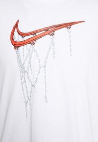 Nike Performance - DRY TEE - T-shirt z nadrukiem - white - 3