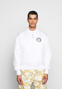 Versace Jeans Couture - RISTOP PRINTED LOGO BAROQUE - Bomberjacke - bianco ottico - 6