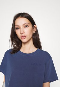 Levi's® - GRAPHIC VARSITY TEE - T-shirt print - outline chesth - 5