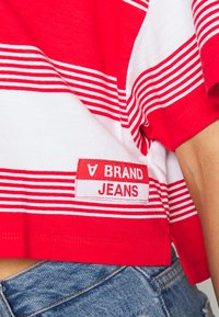 Abrand Jeans - CROPPED TEE - Print T-shirt - bombay red - 3