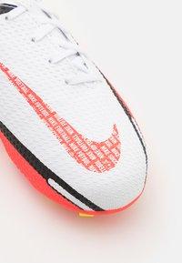 Nike Performance - JR. PHANTOM GT2 ACADEMY UNISEX - Kopačky lisovky - white/bright crimson/volt - 5