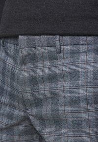 Club Monaco - SUTTON MEDIUM PLAID - Kalhoty - navy combo - 3