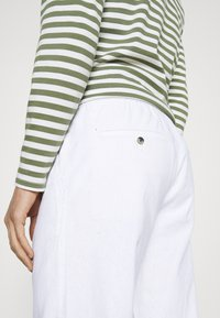 Lindbergh - ELASTIC WAIST PANTS - Trousers - white - 7