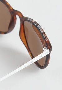 Superdry - ELLEN  - Sunglasses - matte tort/white