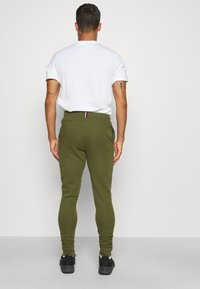 Tommy Hilfiger - LOGO PANT - Spodnie treningowe - putting green - 2