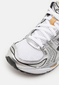 ASICS SportStyle - GEL-KAYANO 14 UNISEX - Joggesko - white/pure gold - 5