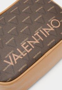 Valentino Bags - LIUTO - Kosmetická taška - brown - 3