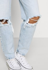 Gina Tricot - VINTAGE HIGH WAIST  - Jeans relaxed fit - light blue - 3