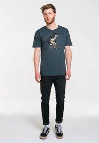 LOGOSHIRT - Print T-shirt - blau-schwarz - 1