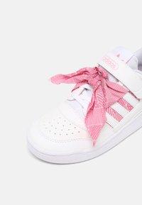 adidas Originals - FORUM LOW UNISEX - Sneakers basse - white/light pink - 6