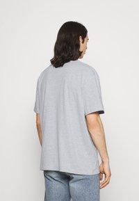 Karl Kani - SIGNATURE TEE UNISEX - Print T-shirt - grey - 2