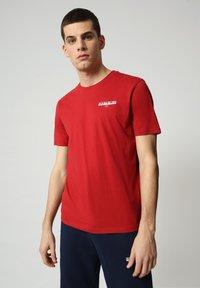 Napapijri - S-ICE SS - Print T-shirt - old red - 0
