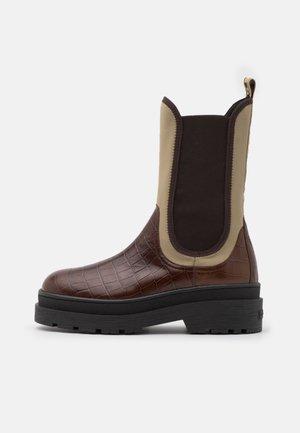 AUBRI CHELSEA - Platform boots - braun