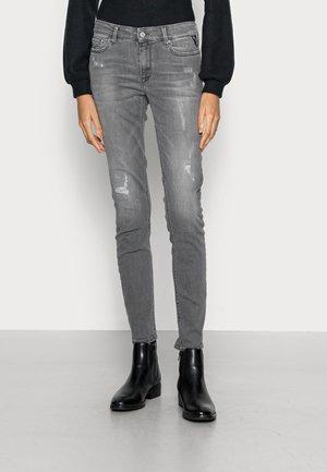 LUZIEN HYPERFLEX BROKEN EDGE PANTS - Vaqueros pitillo - medium grey