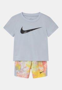 Nike Sportswear - SET UNISEX - Camiseta estampada - grey - 0