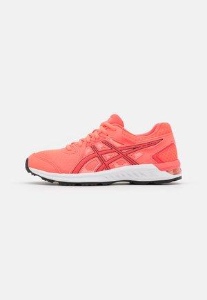 GEL-SILEO 2 - Neutrální běžecké boty - blazing coral/black