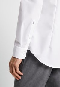 Seidensticker - SLIM FIT SPREAD KENT PATCH - Camicia elegante - white