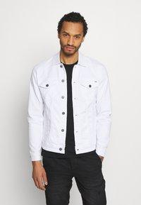 Only & Sons - ONSCOIN LIFE TRUCKER - Denim jacket - white denim - 0