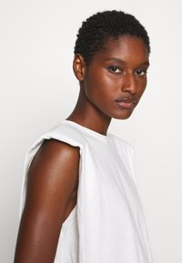 Trendyol - SIYAH - Jednoduché triko - white - 3