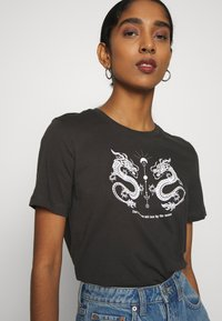 Even&Odd - HATTIE MIRRORED DRAGONS TEE - Triko s potiskem - 801 - anthracite