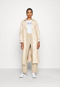 Calvin Klein - 2 PACK - T-shirt con stampa - calvin white - 1