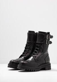 UMA PARKER - Platform boots - foulard nero - 4
