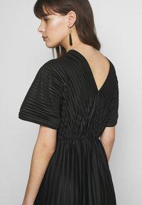 Zign - PLISSE MIDI DRESS - Denní šaty - black - 5