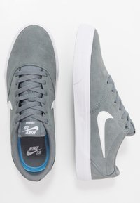 Nike SB - CHARGE - Skate shoes - cool grey/white - 1
