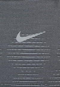 Nike Performance - RISE HYBRID  - Camiseta estampada - black/grey fog/silver - 5