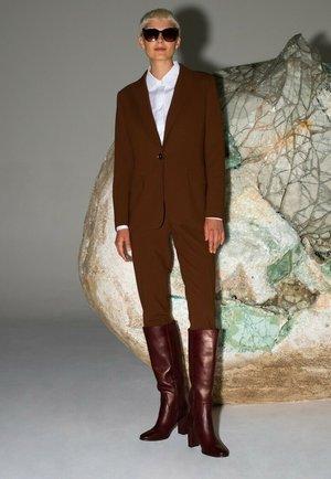 Spodnie materiałowe - jasny brąz
