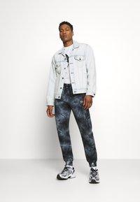 Levi's® - VINTAGE FIT TRUCKER UNISEX - Veste en jean - light indigo - 1
