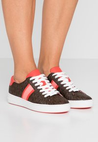 MICHAEL Michael Kors - IRVING STRIPE LACE UP - Trainers - brown - 0