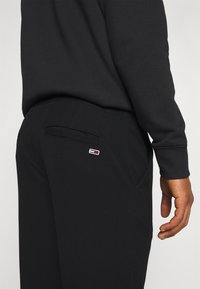 Tommy Jeans - SOLID SCANTON PANT - Trousers - black - 6