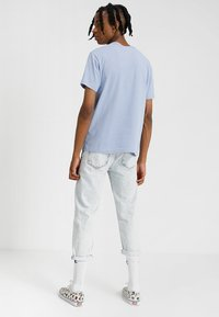Champion Reverse Weave - CLASSIC APPLIQUE TEE - Jednoduché triko - light blue - 2
