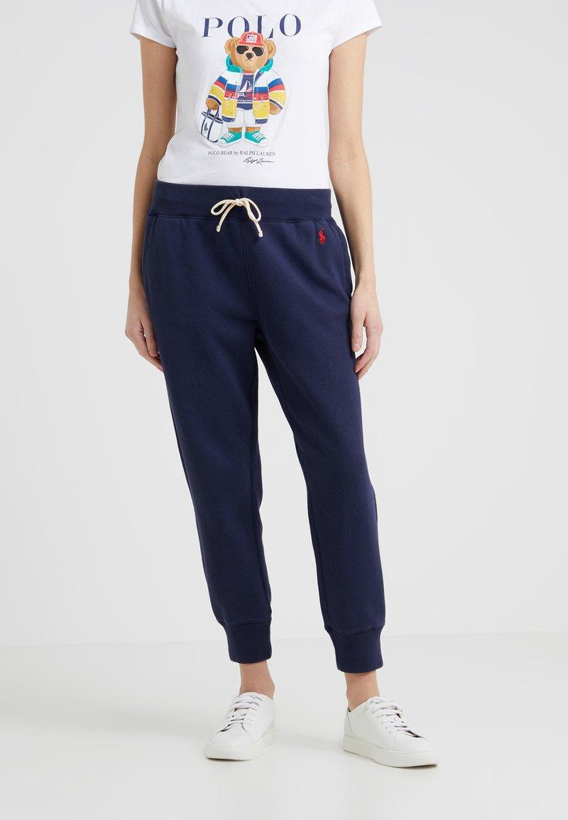 Polo Ralph Lauren - SEASONAL - Teplákové kalhoty - cruise navy