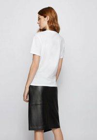 BOSS - EIMA - Print T-shirt - natural - 2