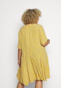 Zizzi - XANA KNEE DRESS - Korte jurk - golden yellow - 2