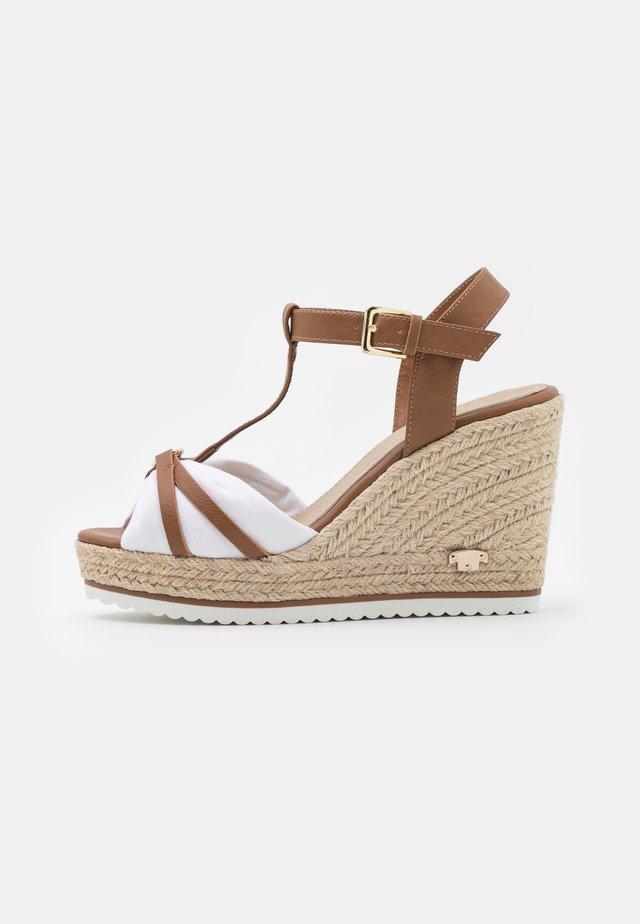 Sandalen met plateauzool - camel/white