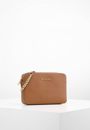 JET SET TRAVEL CROSSBODY - Across body bag - brown
