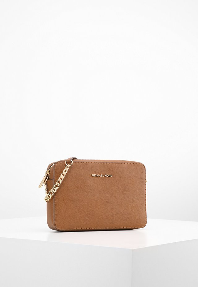 JET SET TRAVEL CROSSBODY - Skulderveske - brown