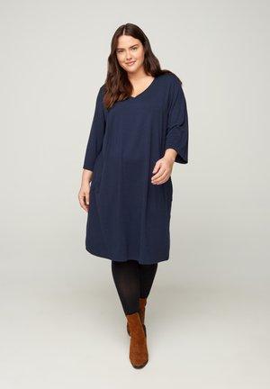 MIT V-AUSSCHNITT UND 3/4-ÄRMELN - Jersey dress - dark blue